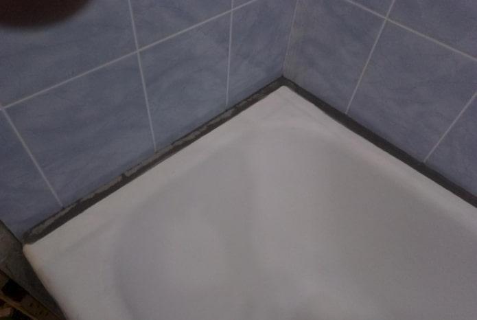 закрыть щель в ванной цементом