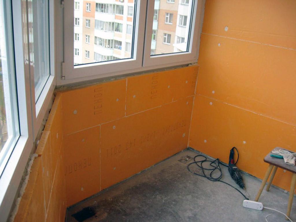 Монтаж пеноплэкса на стене балкона с помощью клея