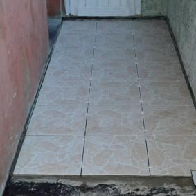 Укладка керамической плитки на пол лоджии