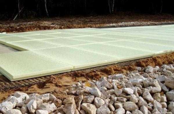 При укладке теплоизоляционных плит их стыки нужно проклеить скотчем - так в щели не затечет раствор