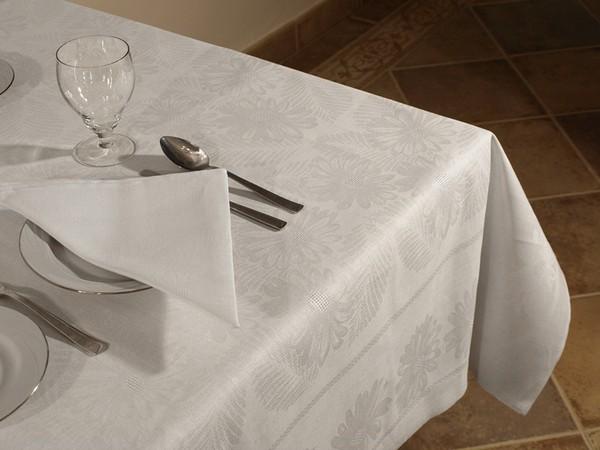 Белая скатерть для сервировки стола